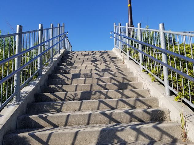 バス停へ続く階段