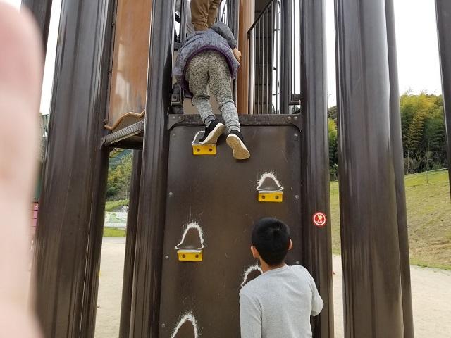 小さい子に気を付けながら遊びます!