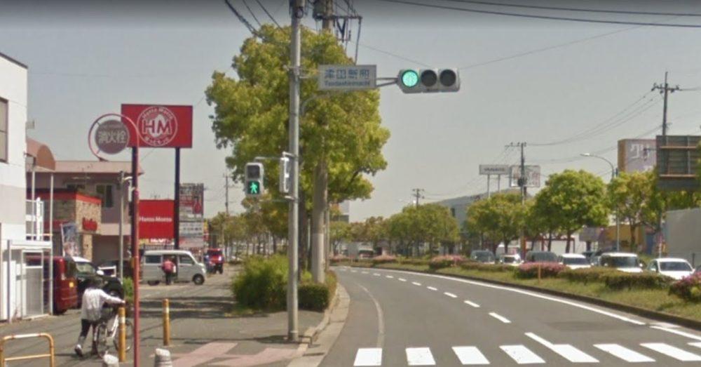 「津田新町」の交差点を曲がる