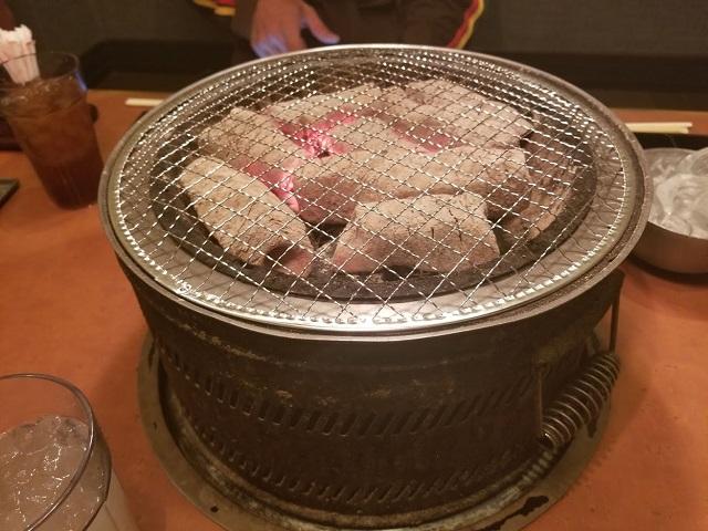 炭火で焼くお肉って美味しいですよね♪