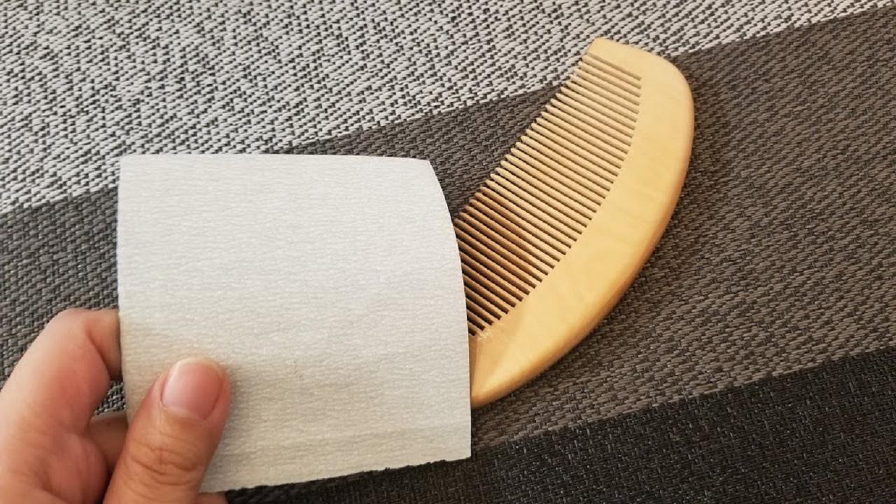 紙やすりでつげ櫛を削る
