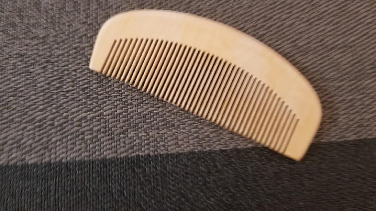 表面を紙やすりで削ったつげ櫛
