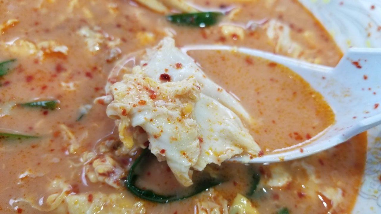 唐辛子を入れた白い辛麺